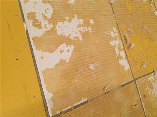 地板瓷砖上的胶如何去除?